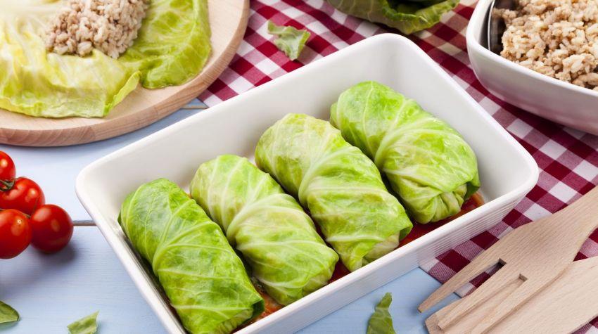 Gołąbki z młodej kapusty faszerowane kaszą oraz ziemniakami z sosem winno – śmietanowym
