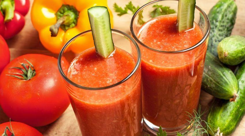Orzeźwiający sok z pomidorów i ogórków kiszonych