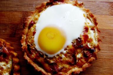 Mini tarty z boczkiem, jajkiem, pieczarkami