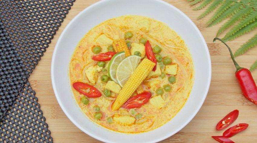 Azjatycka zupa z kurczakiem i czerwoną pastą curry