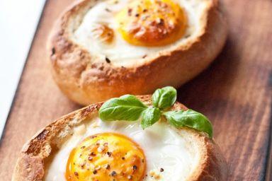 Jajko zapiekane w bułce, z boczkiem, serem żółtym i cebulą