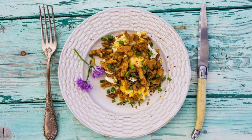 Ziołowa jajecznica z kurkami i cebulą
