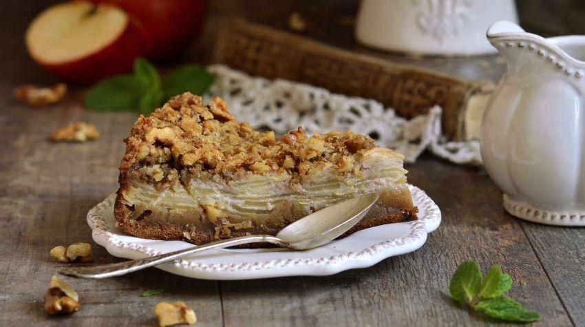 Szybkie ciasto z jabłkami i orzechową kruszonką