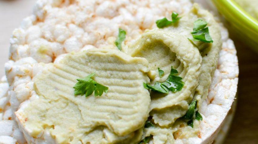 Wafle ryżowe z pastą z bobu i ciecierzycy