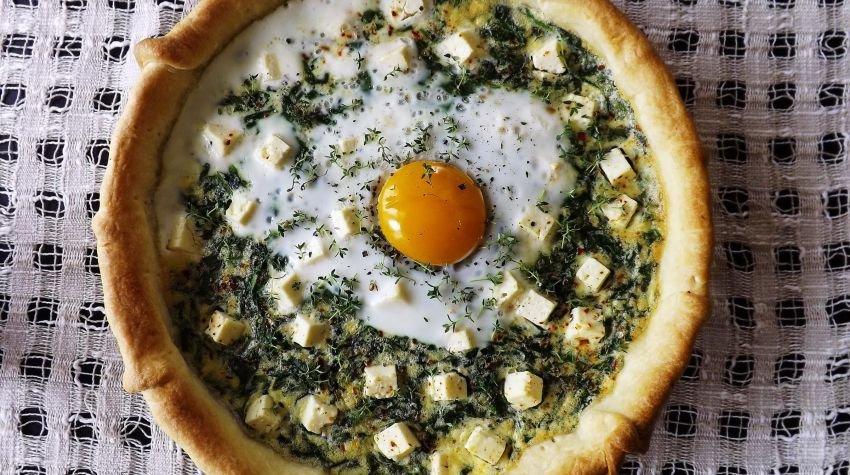 Słoneczna tarta ze szpinakiem i serem śródziemnomorskim