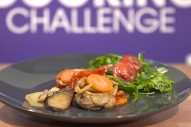 Warzywa z patelni z sałatką na rucoli Marka Białoruskiego