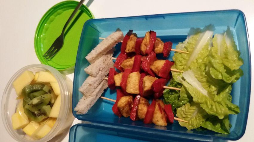 szaszłyki paprykowo-drobiowe na liściach sałaty z grzanką