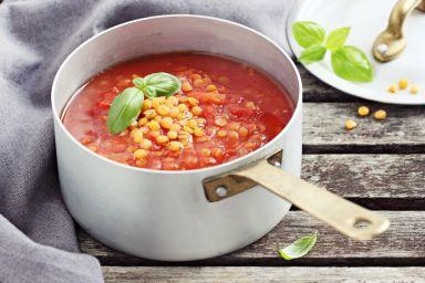 Domowa zupa pomidorowa z soczewicą