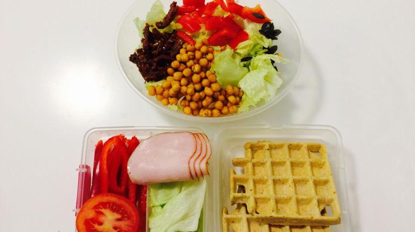 Zdrowy posiłek do pracy: bezglutenowe gofry i sałatka