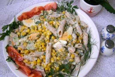 Sałatka z razowego makaronu z warzywami i sosem majonezowo-maślankowym...