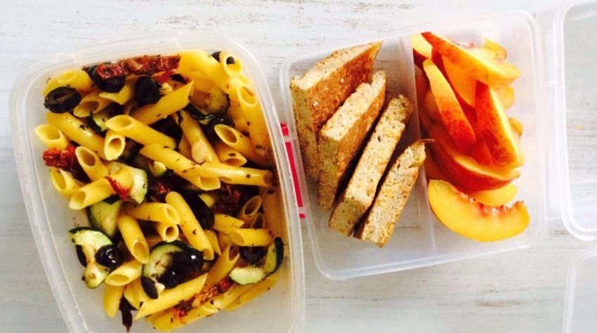 Lunch box: Kokosowy omlet i makron.