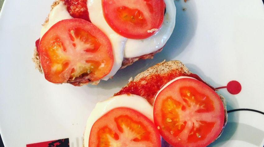 Bułka grahamka z mozzarellą i pomidorem