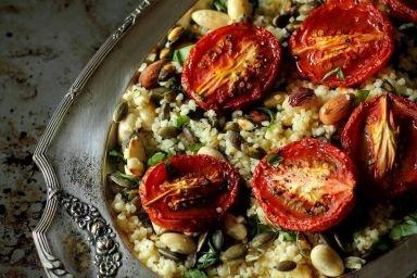 Sałatka z kaszy bulgur i pieczonych pomidorów