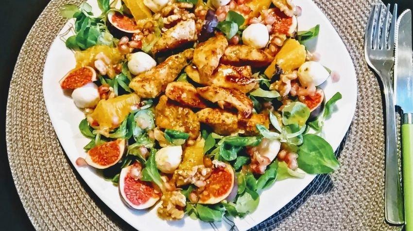 Sałatka z kurczakiem, owocami i roszponką
