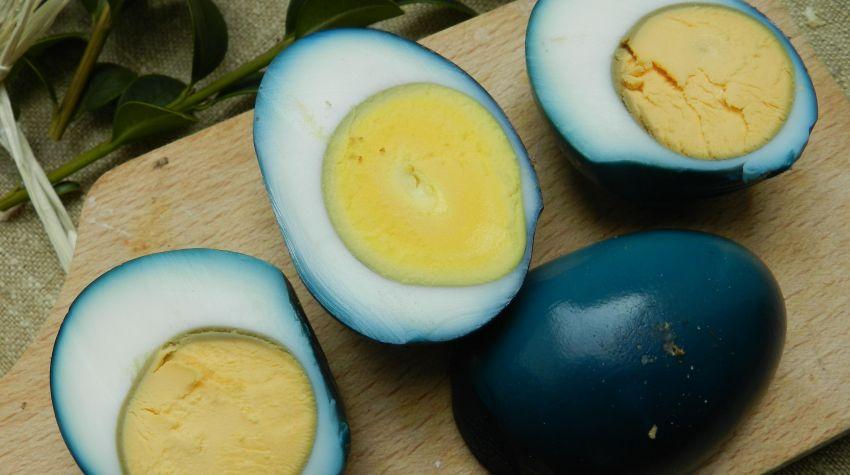 Niebieskie jajka faszerowane bryndzą i pomidorami