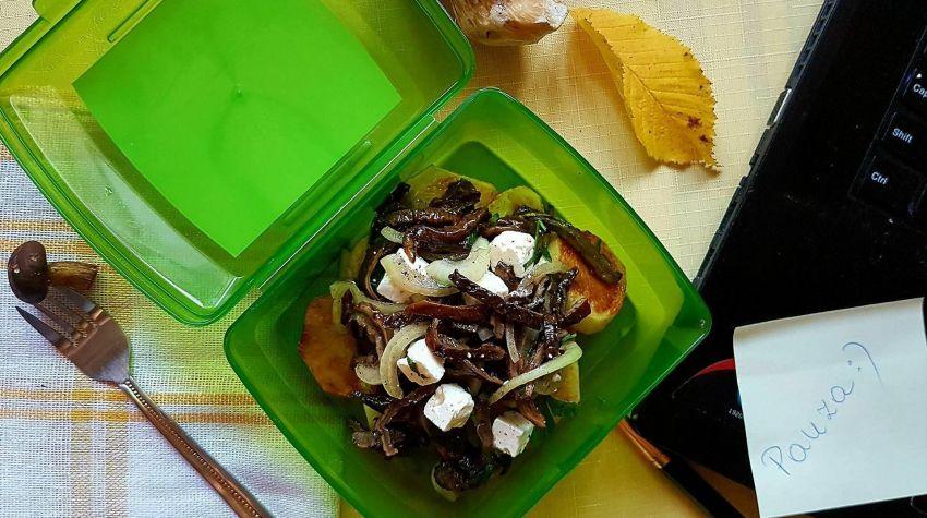 Sałatka z suszonych grzybów na  ziemniaczkach z serem feta