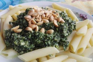 Makaron ze szpinakiem i orzeszkami arachidowymi