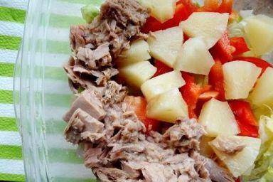 Sałatka z ananasem i tuńczykiem