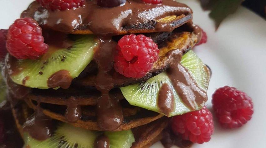 Placuszki dyniowe z sosem czekoladowym i owocami