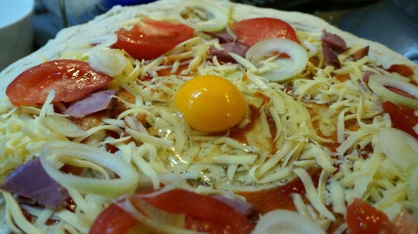 Pizza z pomidorami i jajem