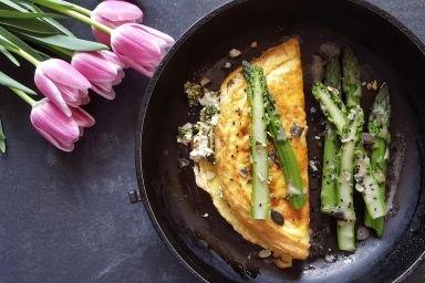 Omlet z twarogiem, pesto i zielonymi szparagami