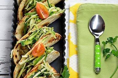 tacos warzywne z sałatką zieloną i pastą z soczewicy
