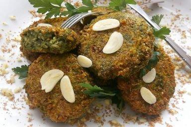 Szpinakowo-ryzowe kotleciki z wedzoną makrelą i serem brie w otrębowej panierce