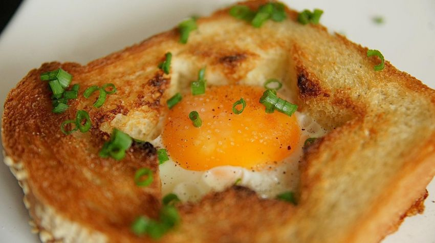 Tost z jajem sadzonym