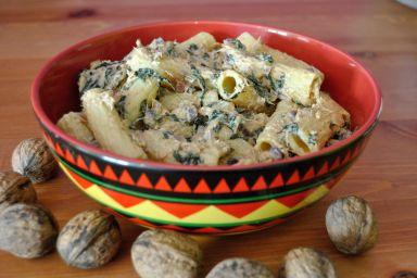 Tortiglioni z tuńczykiem, szpinakiem i orzechami włoskimi