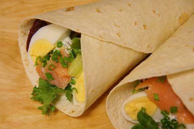 Wiosenna tortilla z łososiem i jajem