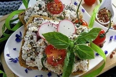 Pasta serowa z dodatkiem wędzonej makreli, warzyw i ziaren