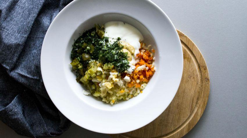Sałatka warzywna z sosem chrzanowo-koperkowym