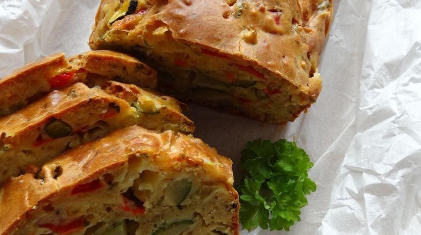 Wilgotny Keks z warzywami i żółtym serem