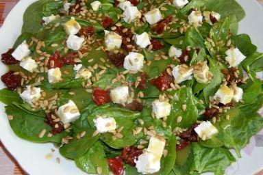 Sałatka ze szpinakiem, serem feta i suszonymi pomidorami