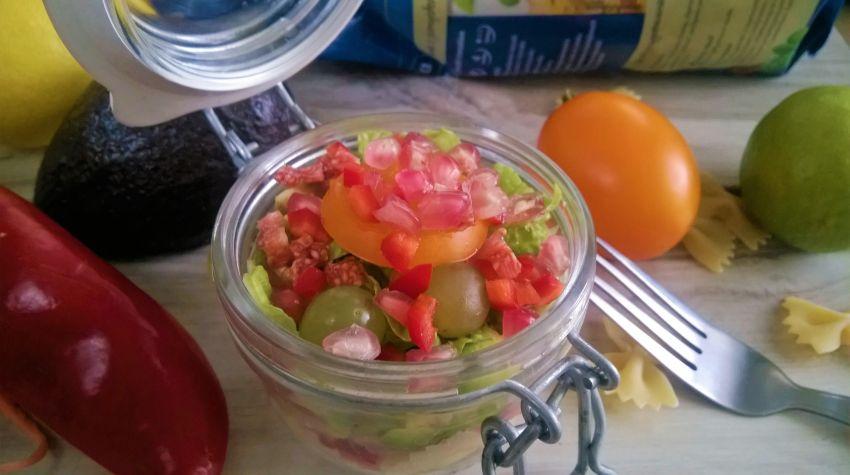 Sałatka z makaronem, owocami i szynką parmeńską