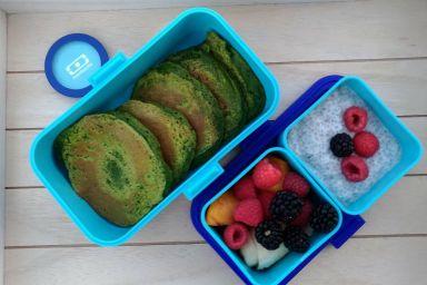 Placki szpinakowe z jogurtem chia i owocami