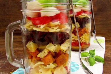 Sałatka w słoiku z makaronem, pieczonymi batatami, selerem i czerwonym burakiem