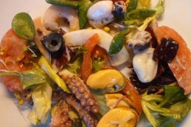 Lekka sałatka z owocami morza