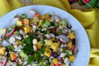 Sałatka z kaszą pęczak, świeżymi warzywami, nektarynką i bakaliami