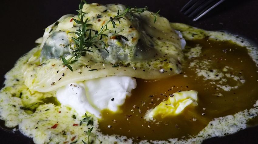 Ravioli ze szpinakiem i kozim serem na jajku i z sosem cytrynowym