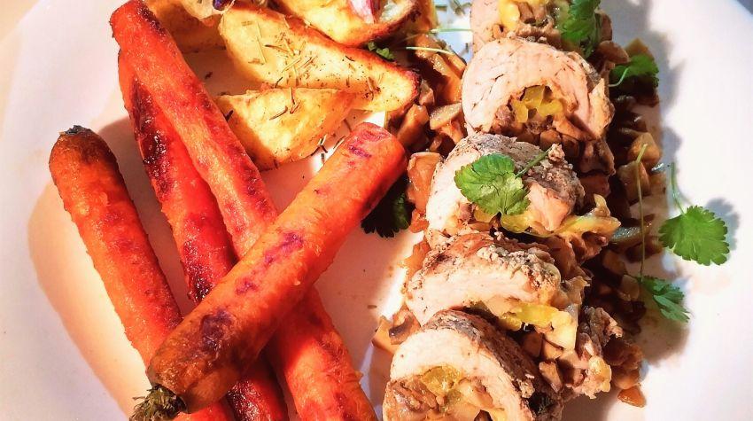 Faszerowana Polędwica wieprzowa z pieczonymi ziemniakami i karmelizowanymi marchewkami