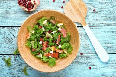 Kolacja walentynkowa: Łatwy przepis na sałatkę z łososiem i granatem