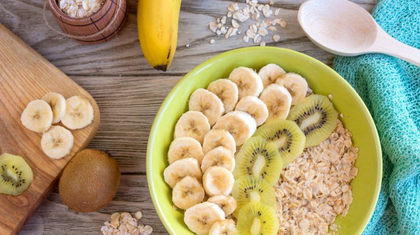 Owsianka na mleku z bananem i kiwi