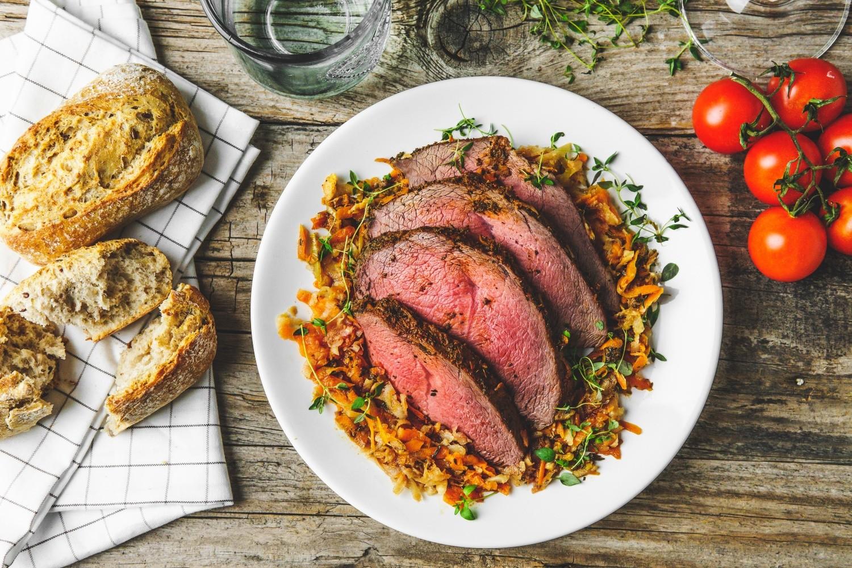 Wołowina pieczona w jarzynach i ziołach - Przepis - Akademia Smaku