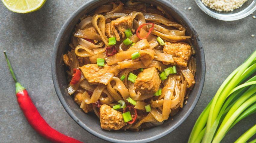 Makaron ryżowy z kurczakiem i pastą miso