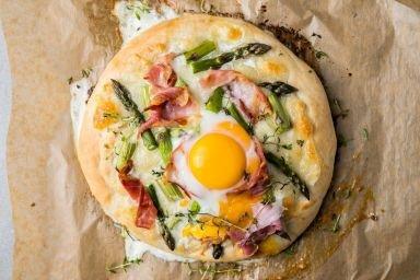 Pizza ze szparagami i jajkiem