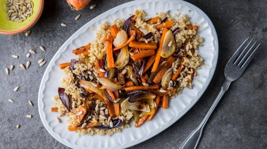 Kolorowa sałatka z pieczonej marchwi i cebuli z komosą ryżową
