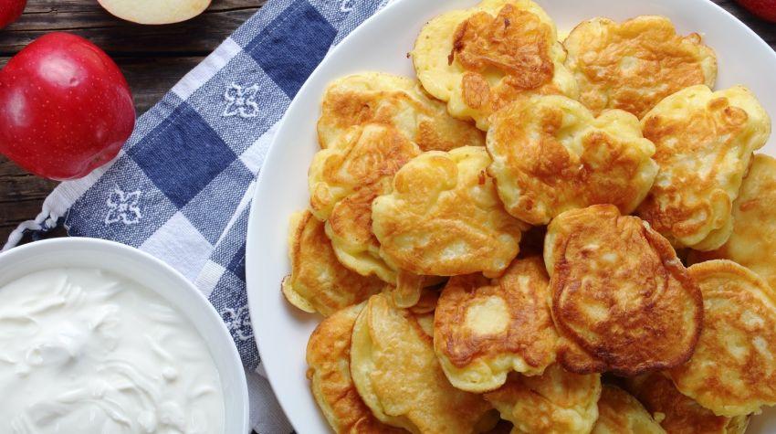 Drożdżowe racuchy z jabłkami i cynamonem