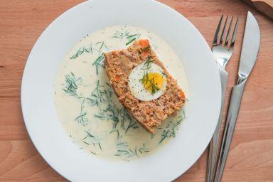 Pieczeń rzymska z jajkiem i sosem koperkowym