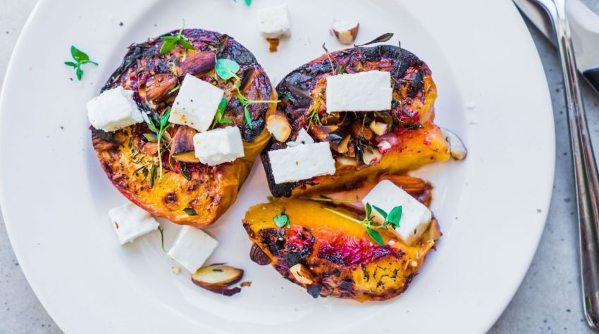 Pikantne brzoskwinie z serem kozim i orzechami